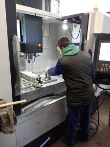 EmL-1020B CNC megmunkáló központ munka közben